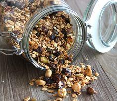 Zelfgemaakte granola met pompoenpitten, sesamzaad, hazelnoten, pistachenoten, rozijnen, cranberries en honing