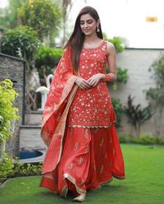 Maya Ali Eid Outfits 2019 were absolutely stunning. We are already impressed by each and every outfit Maya Ali wore for the promotions of Parey Hut Love. Party Wear Indian Dresses, Designer Party Wear Dresses, Dress Indian Style, Indian Gowns, Indian Designer Outfits, Indian Wedding Outfits, Indian Attire, Indian Outfits, Designer Punjabi Suits