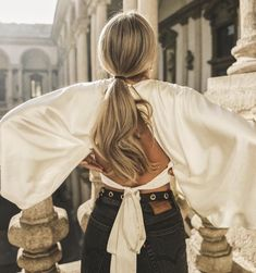Stunning photo inspo with silk backless blouse and vintage denim - Homecoming Hair Accessories Korean Blouse, Look Fashion, Fashion Tips, Classy Fashion, Fashion Clothes, Fashion Fashion, Fashion Women, Fashion Ideas, Tropical Dress