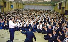 Daisaku Ikeda encourages Soka Gakkai members during the conflict with the Nichiren Shoshu priesthood