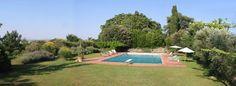 Ben separata dal piano della torre , un grande prato con piscina di 180 mq .