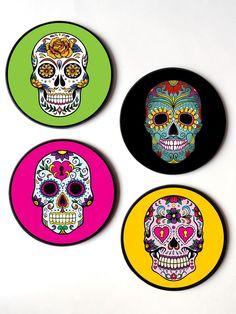 Jogo com 4 quadros redondos em MDF.    Tema: Caveiras mexicanas    Diam: 20 cm  Espessura: 6mm