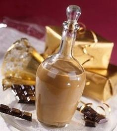 Il Bayles è il liquore tipico irlandese. Un buonissimo liquore che si prepara con caffè, latte e zucchero. Una crema di whisky delicata e gustosa. Refreshing Drinks, Fun Drinks, Yummy Drinks, Alcoholic Drinks, Beverages, Food In French, Homemade Liquor, Chocolate Liquor, Irish Cream