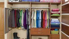 En esta tarea de bricolaje, vamos a empapelar el interior del armario y colocar baldas y barras para colgar la ropa.