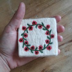 Poppy Garland Patterned Felt Soaps - Poppy Garland Patterned Felt Soaps You are in the right place about DIY decorating for teen rooms H - Diy Maxi Skirt, Poppy Wreath, Felted Soap, Handmade Skirts, Homemade Toys, Felt Brooch, Xmas Ornaments, Handmade Soaps, Pin Cushions