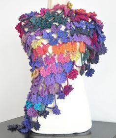 Articles similaires à Vallée des papillons - châle au Crochet papillon  multicolore Triangle sur Etsy 8d3f2c613f9