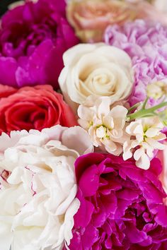 Pretty coral and pink roses & peonies | Pretty Flowers/ Inspiration for a bridal bouquet