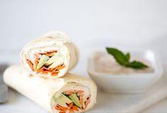 Découvrez cette recette facile de Wrap végétarien ! Pour la préparation, il vous faudra : une carotte, un avocat, du jus de citron, des tortillas (wraps), un grand pot de fromage frais, quelques brins d'herbes fraîches et une gousse d'ail hachée.