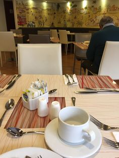 Café da manhã no Hotel Vilar América. Comidinhas neutras, tipo, café, leite, iogurte, Paes, frios, bolos e omelete.
