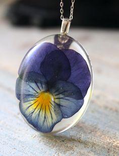 Fiore reale del Pansy resina collana dell'argento di GrainnesGoods