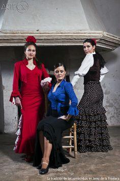 La tradición de las zambombas en Jerez de la Frontera. http://arteole.com/blog/la-tradicion-de-las-zambombas-en-jerez-de-la-frontera/