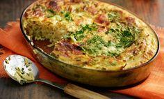 Keitä pastaa suolalla maustetussa vedessä noin 7 minuuttia, älä valuta. Kaada lämmin pasta voideltuun uunivuokaan (noin 1,5 l), silppua yrtit ja sekoita silppu pastaan. Sekoita munamaidon ainekset, kaada seos vuokaan ja ripottele juustoraaste pinnalle. Paista uunissa 175 asteessa 50–60 minuuttia. Syö sellaisenaan raikkaan salaatin kanssa tai tarjoa pääruoan kera.
