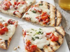 Gegrillte Pizza mit Tomate-Mozzarella | Kalorien: 670 Kcal - Zeit: 40 Min. | http://eatsmarter.de/rezepte/gegrillte-pizza-mit-tomate-mozzarella