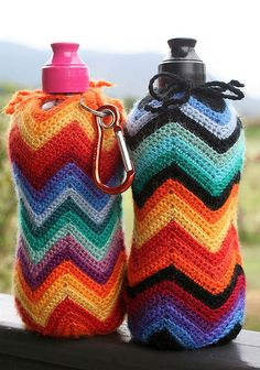 water bottle holders (no pattern, but what beautiful colors! Crochet Cozy, Love Crochet, Crochet Gifts, Easy Crochet, Thanos Avengers, Knitting Patterns, Crochet Patterns, Cotton Cord, Water Bottle Holders