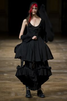 Yohji Yamamoto Spring 2016 Ready-to-Wear collection, runway looks, beauty, models, and reviews.
