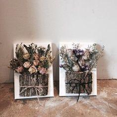 先前介紹了好多漂亮的小花束,每一束都小巧又精緻可愛讓人很想收藏。不過鮮花的壽命在夏天就算利用保鮮劑大概一個禮拜多也是極限了,所以這次來介紹乾燥花,經過乾燥處理的花朵顏色雖然沒有原本鮮豔,但是依然漂亮,而且當它們變成立體花的時候真的超美啊!