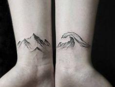 petit tatouge montagne et vagues, tatoos symboliques aux poignets, tatouage fin femme