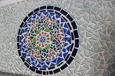 Bandeja de Madeira em Mosaico, feito com pastilhas de vidro e cerâmica. Pintura da madeira com tinta branca e verniz acrílico base água.