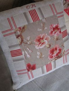 Je recommande cette photo Quilted Pillow, Antique Lace, Scatter Cushions, Quilt Top, Rug Hooking, Fabric Art, Cushion Covers, Vintage Decor, Decorative Pillows