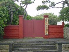 鮮やかな朱塗りの門