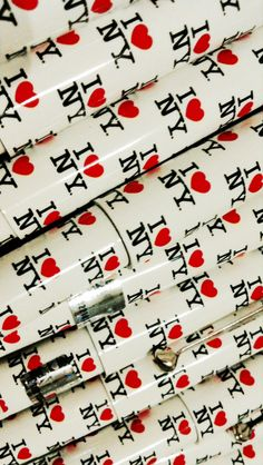 Mit unseren I LOVE NY Kugelschreibern lassen sich Notizen gleich viel angenehmer machen. New York in der Hand und im Herzen! Auch in anderen Farben erhältlich. www.loveny.de #iloveny #loveny #kugelschreiber #nyc #neywork New York City, Ny Ny, I Love Ny, Inspiration, Travel, Life, Feltro, Ballpoint Pen, Pencil