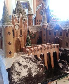 If you're a Harry Potter fan with a sweet tooth, you're about to be very, very impressed. A skilled baker has made Hogwarts School of Witchcraft and Wizardry entirely out of gingerbread.The baker, kno. Gingerbread Castle, Gingerbread House Template, Gingerbread House Designs, Christmas Gingerbread House, Christmas Treats, Christmas Baking, Christmas Cookies, Holiday Fun, Christmas Time