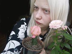 У меня не видит левый глаз и отсутствует бинокулярное зрение, всю жизнь мне ставили диагноз астегматизм, а могли бы лечить совсем другое. Хочу знать, как это..видеть сразу двумя глазами  альбинос, альбинизм модель белве волосы, белые ресницы, бледная кожа, тамблер, я стала собой,люди, меланхолия,девушка альбинос,как стать альбиносом,  albino, albinism model belva hair, white eyelashes, pale skin, tumbler, I became myself, people, melancholy, girl albino, how to become an albino eyes albino.