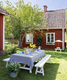 Simple picnic table in the backyard. Love houses that are painted barn red and trimmed in white via Made In Persbo: Idyll vid vackra Hjälmaresund country living