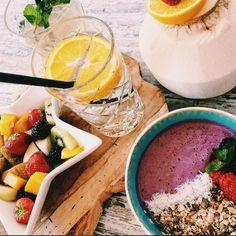 Een gezond en lekker ontbijt. Fruit, Blended Water, Kokosnoot en een Smoothiebowl! Alles is huisgemaakt!