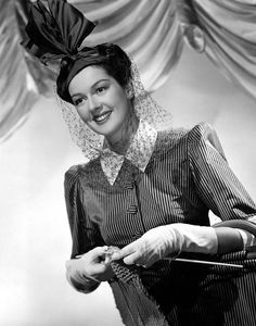 Born 1907 in Waterbury, Connecticut, American actress, comedian, screenwriter and singer Rosalind Russell began her career as a fashion mode. Hollywood Walk Of Fame, Old Hollywood, Classic Hollywood, Rosalind Russell, Italian Beauty, Professional Women, Celebs, Celebrities, Vintage Knitting