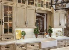 French-Country-Look-Unique-Glass-Kitchen-Cabinet-with-Seeded-Glass-Cabinet-Doors-625x500