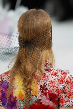 Loose lower tail braid hairstyle at Chanel Spring Summer 2015 Haute Couture PFW. More Spring 2015 Couture. Couture Looks, Style Couture, Couture Details, Couture Fashion, Chanel 2015, Coco Chanel, Fashion Week, Fashion Show, Paris Fashion