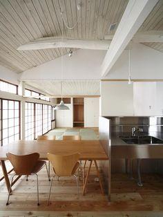 畳スペースのあるLDK-1(仁川台の住まい) - リビングダイニング事例|SUVACO(スバコ)