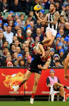 Jeremy Howe's incredible mark over Tom McDonald. Picture: Mark Stewart - Athletes Extraordinary - Jeremy Howe's incredible mark over Tom McDonald. Collingwood Football Club, Australian Football League, Girl Struggles, Rugby Men, Soccer Drills, Soccer Training, World Of Sports, Sport Man, Poses