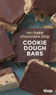 We've turned everyone's favorite favorite chocolate chip cookie dough into a safe-to-eat, safe-to-serve bar that's perfect for summer potlucks and barbecues (or any time you need a raw cookie dough… Homemade Desserts, No Bake Desserts, Just Desserts, Delicious Desserts, Dessert Recipes, Yummy Food, Cupcakes, Chocolate Chip Cookies, Chocolate Crunch
