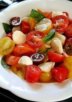 A simple Summer salad bursting with seasonal flavors of ripe and juicy tomatoes, aromatic Basil and moist Mozzarella drizzled with fruity Olive oil. Vegetarian Christmas Recipes, Vegetarian Meals For Kids, Vegan Dinner Recipes, Vegetarian Recipes Easy, Italian Recipes, Healthy Recipes, Healthy Habits, Tomato Salad, Caprese Salad