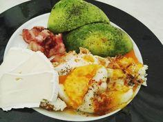 Wenn das nicht mal ein tolles Frühstück ist Mir war heute mal nach was festem zum Frühstück daher gab es Avocado Eier Bacon und Camembert Gerade befinden sich Kokosmakronen im Ofen ich hoffe sie werden was Nachher geht es wieder ans Hula Hoopen. Blaue Flecken habe ich leider auch schon bekommen daher muss ich etwas vorsichtig sein. Wenn es zu sehr weh tut werde ich eine Pause einlegen und morgen weiter machen #eatfatlosefat #lowcarblifestyle #lowcarb #lowcarbgermany #lowcarbdiary…