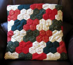 Patchwork Christmas Hexagon Cushion Cover in Red, Green and Cream Hexagon Patchwork, Patchwork Patterns, Quilt Patterns, Hexagon Quilting, Paper Peicing Patterns, Quilting Projects, Sewing Projects, Sampler Quilts, Quilting For Beginners
