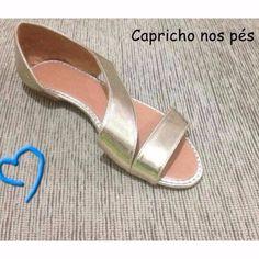 Graciosidade nos pés <3 www.caprichonospes.com.br #rasteirinha #dourado #primavera #shoes #loveshoes #amamossapatos