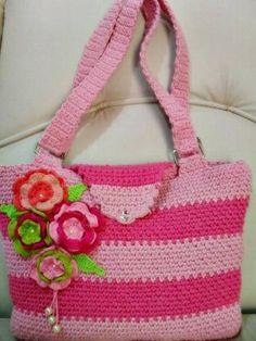Bolsa de barbante feita em croche, nos tons de rosa, com apliques de flores e pérolas, e bolsinho celular interno. R$ 75,00
