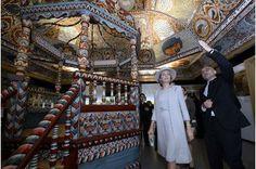 La reine des Belges admirative au musée Polin