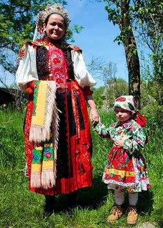 Cute mama and baby Folk Costume, Costumes, Hungarian Girls, Moldova, Traditional Outfits, Romania, Embroidery Patterns, All Things, Cute