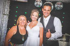 Foto por Arnaldo Peruzo ❤ Ligia & Camargão em Vila Velha/ES. Decoração de casamento romântica em candy colors - foto com os noivos na pista de dança!