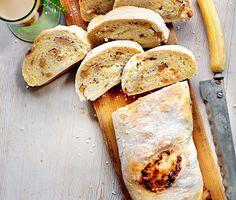 Smakrikt och mättande fyllt bröd som passar till jul, fest och buffébord. Kavla ut den jästa degen och fyll med syrlig getost och knaprigt nöthack. Rulla ihop och grädda.