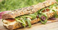 Ensalada de champiñones laminados con vinagreta de mostaza, bocata de queso con tomate o el adictivo sandwich de chocobanana todo lo que necesitas para olvidar el calor y gozar.