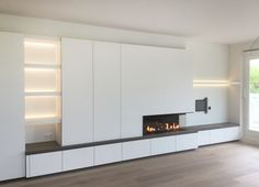 Moderne haardwand met M-Design gashaard | Totaalrealisatie geplaatst door Van Raemdonck - Haard & Interieur Fireplace Tv Wall, Modern Fireplace, Living Room With Fireplace, Fireplace Design, Küchen Design, Design Case, House Design, Tv Wall Decor, Interior Architecture