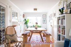 Get the Look: Eclectic, East Coast-Meets-California Beach Cottage Style Small Living, Home And Living, Living Spaces, Living Rooms, Beach Cottage Style, Beach Cottage Decor, Cottage Chic, Gravity Home, Cottage Homes