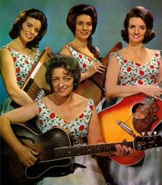 Mother Maybelle Carter and The Carter Sisters. June, Anita and Helen! The Carter Family. With out the boys Classic Country Artists, Classic Singers, Best Country Singers, Country Western Singers, Country Music Stars, Old Country Music, Country Music Artists, Outlaw Country, Country Style