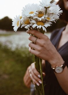 New Wallpaper Flowers Photography Daisies Ideas Flower Girl Photos, Foto Casual, Foto Pose, Aesthetic Photo, Photo Art, Portrait Photography, Photography Flowers, Daisy, Beautiful Pictures