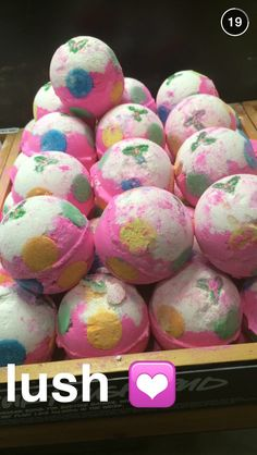I have this bath bomb it's so pretty and smells so good! Love it! Xoxox
